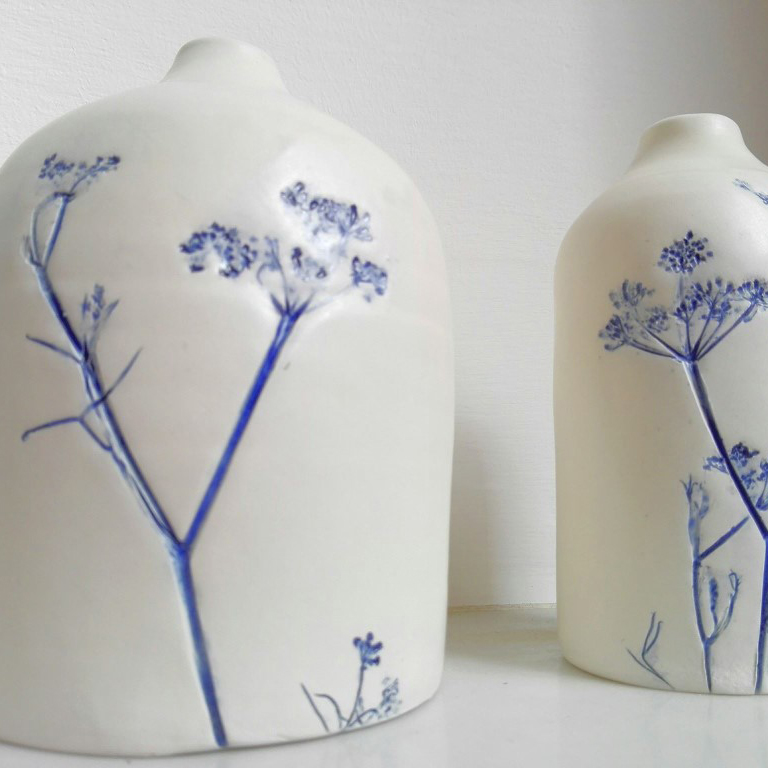 vasi di ceramica con fiori blu