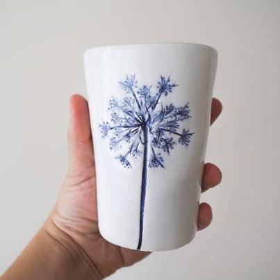 bicchiere in ceramica con fiori blu