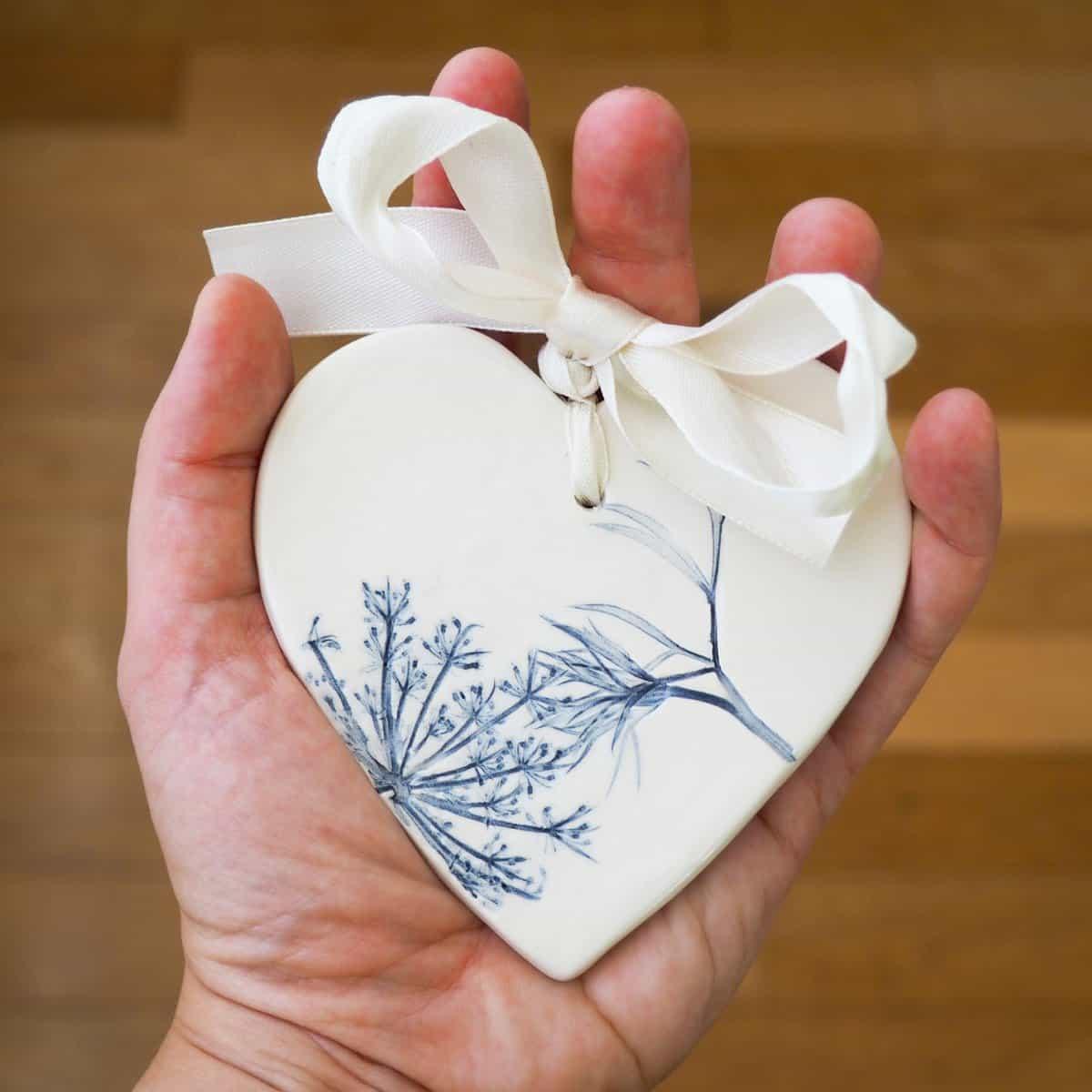 bomboniera ceramica cuore con fiori e foglie