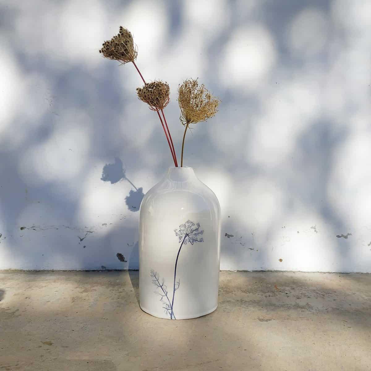 ceramica botanica bottiglia con fiore di carota
