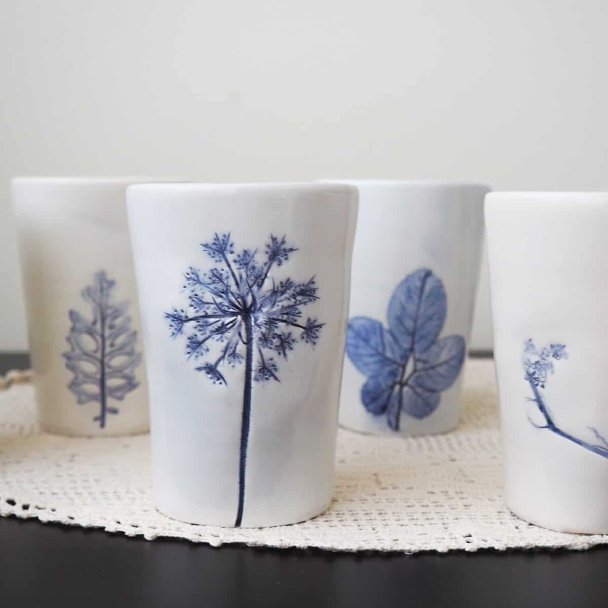 bicchieri ceramica bianchi e blu con foglie e fiori