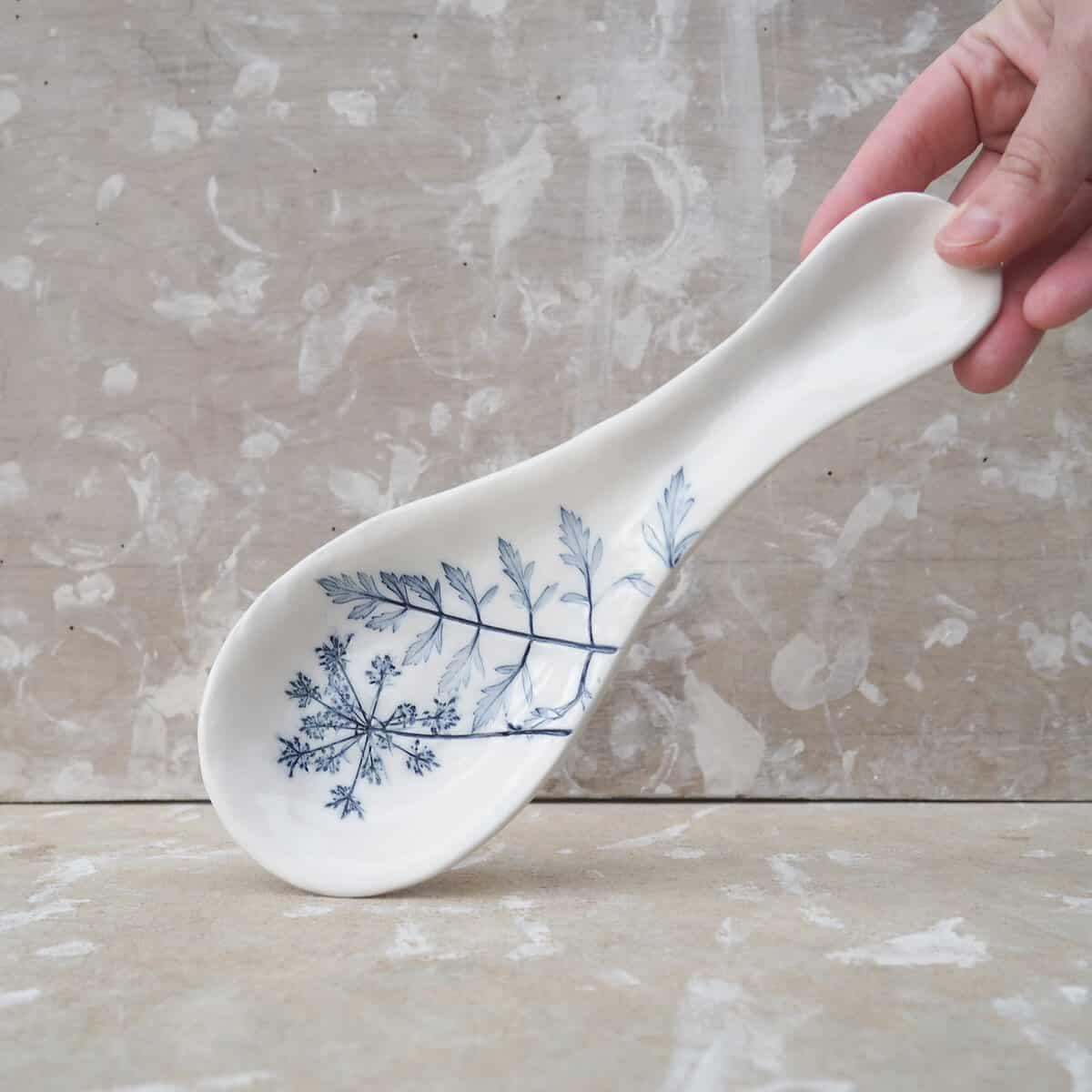 poggiamestolo in ceramica con fiore di carota