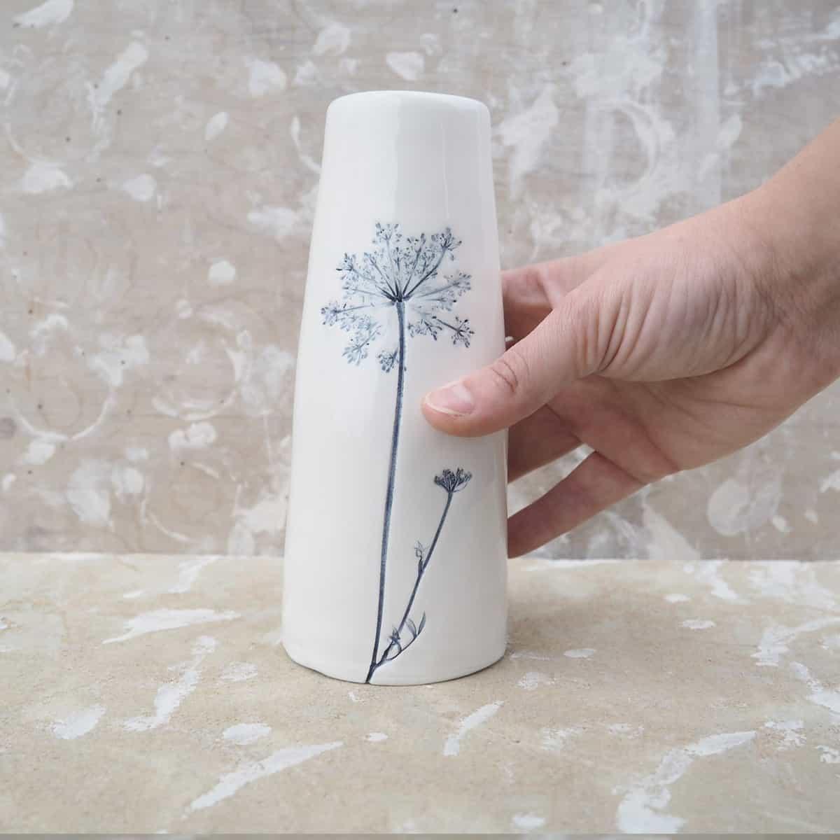 vaso da fiori in ceramica con carota selvatica